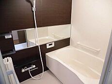 リフォーム済お風呂はハウステック製の0.75坪を新設致しました。毎日入るお風呂なのでやはり新品だと気持ちがいいですね。オプションの横長ミラーや小物置き場もちゃんと設置してありますのでご安心ください