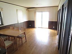 リビング。床暖房が完備されたリビングです。大きな窓からはたくさんの陽の光が差し込みます。明るいリビングは生活を豊かにしますね。会話も弾みそうです。