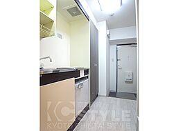 ジョイテル西院のIHキッチン、廊下もゆったり 305号室流用