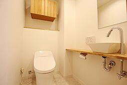 多機能搭載型の温水洗浄付きトイレを標準設置しています。また夜間に大変便利な人感センサー付き照明をトイレにも取り付けています。