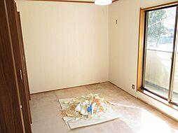 現在リフォーム中 2階東側約6帖の洋室写真です。和室から洋室に間取り変更する予定です。天井と壁のクロスを張り替えて、床はクッションフロアに張り替える予定です。