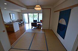 6畳の和室がLDKと併設してあります。洋室とウォークスルークローゼットで繋がっています。