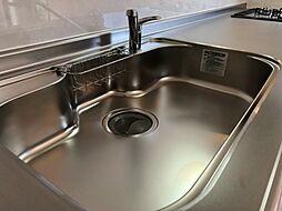 リフォーム済ハウステック製キッチンのシンクはとても広く大きな鍋も洗いやすく、排水もスムーズです。また、水栓から出る水がシンクに当たる音を抑える防振シンクになってますので、快適です。