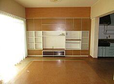 リビングのテレビボードは売主様の自慢の一品。収納量豊富なので、すっきり片付きます。床はもちろんフローリング。