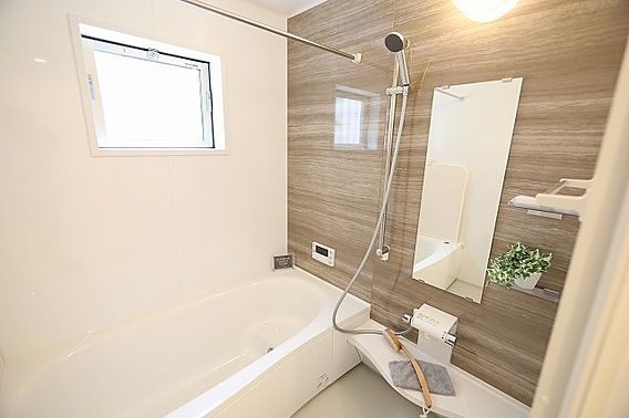 明るい浴室で快...