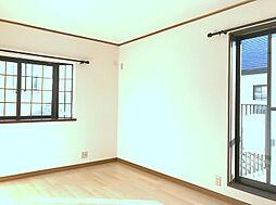 2F南東側洋室は日当たりも良くバルコニーにも面しております。(1)