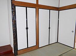 1階中側和室には収納スペースがあります。
