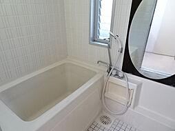 小窓があり明るく換気のいい浴室にはおしゃれな大きな鏡があります。(2019年1月7日撮影)