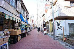 商店街沿いの敷地です。