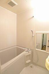 浴室清潔感ある浴室はミラー一体型の小物が置ける棚があります