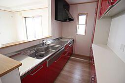 赤基調のかわいらしいキッチンお料理の時間も楽しくなりますね
