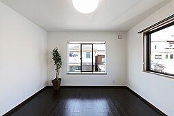 出窓のお部屋。2面の窓から明るく陽射しが入ります。