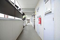 幅広の通行しやすい共用廊下。床・壁の状態も良好。