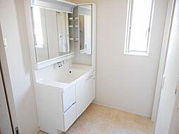 収納付三面鏡で鏡で収納部分が隠せてスッキリした洗面台に