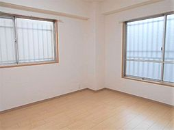 東南側約6帖洋室。2面採光です。