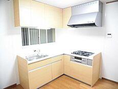 リフォーム済キッチンは壁天井のクロスを張り替え、床を重ね張りし新品のシステムキッチンに交換しました。