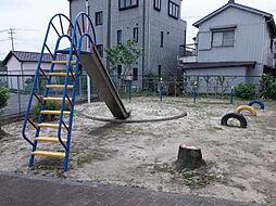 敷地内に遊具が設置された広場があります。