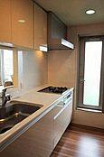 窓のある対面式キッチン