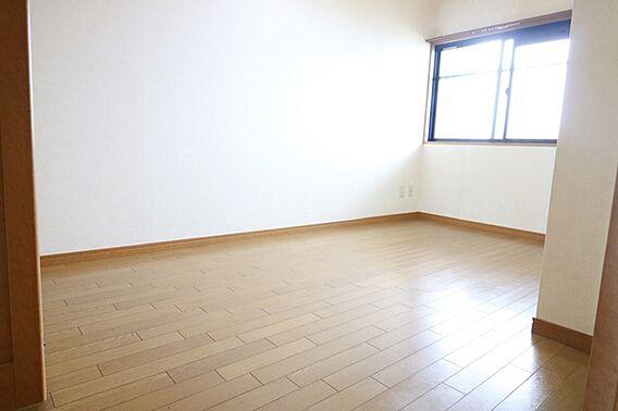 西側の洋室5....