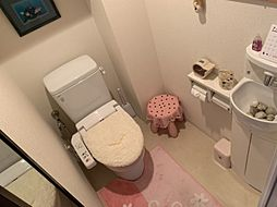白を基調とした清潔感のあるトイレです中に洗面台がついています