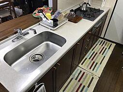 キッチンスペースが広いので、食器棚や荷物もおきやすいです。リフォームするのもおすすめです