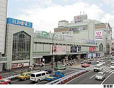 新宿駅(現地まで320m)