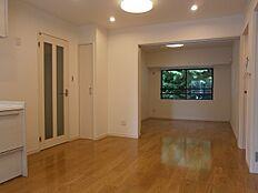 ダイニングキッチンと隣の洋室は引き戸で仕切られており、開放してLDKとして使うことも可能です。