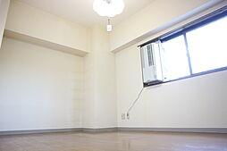 アリヴィラ15の使い勝手のいい洋室です
