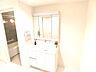 洗面化粧台の鏡は三面鏡ですので、身だしなみチェックに便利ですね。,4LDK,面積111.03m2,価格3,390万円,京急本線 安針塚駅 徒歩6分,,神奈川県横須賀市安針台