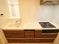 ブラウンとホワイトがマッチするキッチンは、独立型で、人の目を気にせずに作業ができます