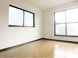 2面採光の明るい居室。