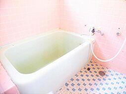 リフォーム前写真浴室別角度 既存ユニットバスは撤去し、新品のLIXIL製に交換します。コンパクトな浴槽は、水道代の節約になり経済的。お掃除も行き届きます。