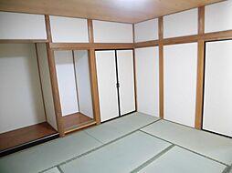 リフォーム済1階北側和室の畳は表替え、壁・天井はクロス張り、照明は交換、襖は張替えを行いました。廊下やLDKへ直接行ける和室です。ご高齢の方も安心してお使いいただけます。