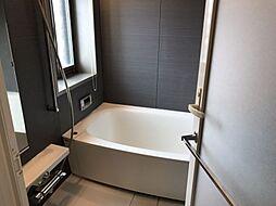 モダンでシックなデザインのおしゃれな浴室です。疲れた体を癒してくれますね