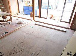 現在リフォーム中。7/12撮影。1階和室別アングルです。畳を表替えします。隣りの和室と続き間になっているので、ふすまを外せば広くお使いいただけます。
