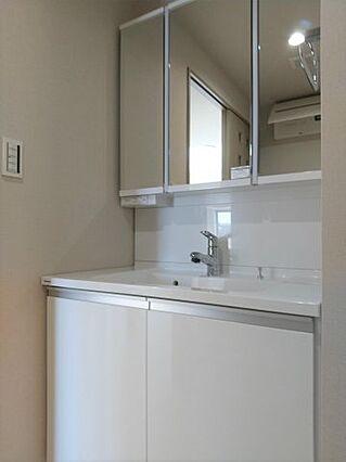 洗面台は三面鏡...