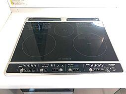 1度にたくさんのメニューが作れる3口コンロのIH搭載のシステムキッチンです共働きのご家庭も安心の食洗器付き