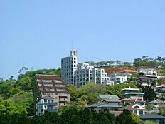中央にある高台のマンションです。
