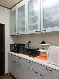 備え付けのカップボードは耐震性にも優れています。炊飯器や電気ケトルなど、一か所まとめて置いておけるので見た目スッキリ。