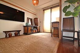 内装:リビングに続く和室が空間の奥行きを演出します。