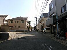 北西側前面道路は幅員約5.4mございますので、車庫入れ等の運転も比較的スムーズに行うことができます。