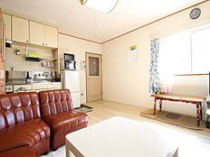 こちらが洋室です。フローリングは張替えて間もないため、きれいです。角部屋のため、日当たりがよいです。