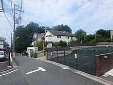 南側30Mに北沢八幡神社の緑が広がり、緑豊かな環境です
