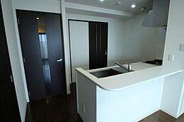 キッチンと洗面所が隣り合っていて、家事動線も