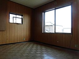 現在リフォーム中 4月13日撮影2階南東側洋室です。天井、壁のクロスを張り替え、床はクッションフロアーに張り替えます。