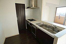 パウダールームにつながる使いやすい動線を確保したキッチン。