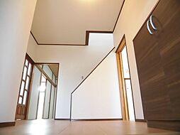 リフォーム済1階廊下は壁・天井クロス張替え、床はフロア重ね張り、照明は交換済みです。お家に入って最初に目につく場所なので、明るさと清潔感を大切にリフォームを行いました。