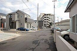 バス停徒歩1分 小中学校近く 2沿線利用可能 角地 第1種中高層住居専用地域