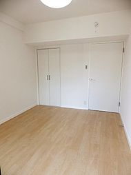 西側洋室。各居室は部屋全体を明るく見せてくれるナチュラルカラーの床材です。