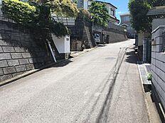 前面道路は5Mですので、ストレスなく駐車可能です。